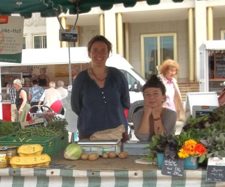 Sabine, links im Bild, vertritt den Linke-Hof mit Charlotte Lukowski auf dem Leipziger Wochenmarkt.