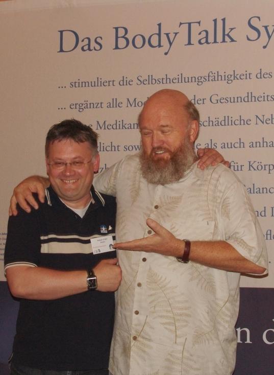 Ein glücklicher Wolf Sven Kasten mit seinem Lehrer und dem BodyTalk-Begründer Dr. John Veltheim