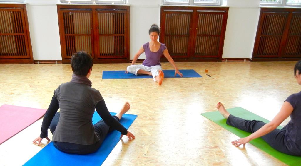 Yogagruppe im Bewegungsraum am Karl-Heine-Kanal