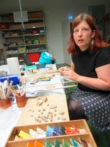 Pioniermitglied und Forscherin Claire entspannt kreativ