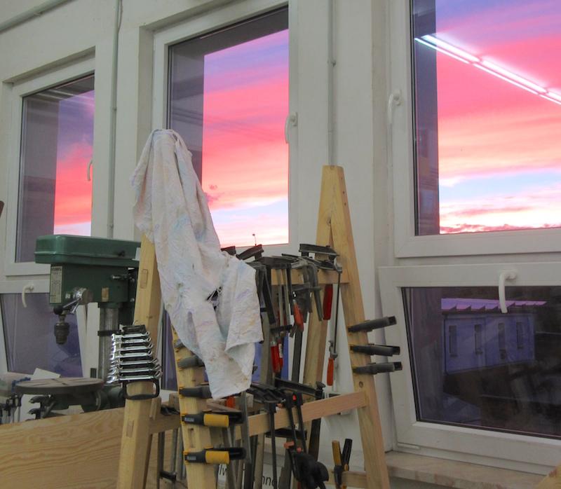 Holzwerken bis in die Abendstunden